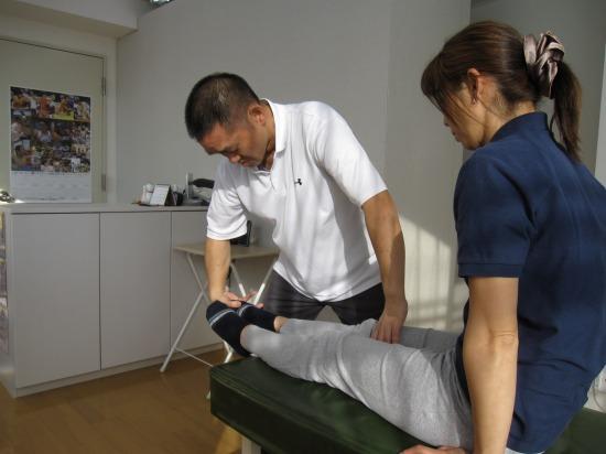 おしだ整体院、足首のPNF運動、足首や股関節の硬さで膝への負担が増します。